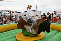 Helen Schaffner beim Bullenreiten