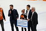 v.l. Grizzlys Wolfsburg spenden fuer den verletzten Hamburger Spieler Tjalf Caesar beim Spiel in der DEL, Grizzlys Wolfsburg (dunkel) - ERC Ingolstadt (hell).<br /> <br /> Foto © PIX-Sportfotos *** Foto ist honorarpflichtig! *** Auf Anfrage in hoeherer Qualitaet/Aufloesung. Belegexemplar erbeten. Veroeffentlichung ausschliesslich fuer journalistisch-publizistische Zwecke. For editorial use only.