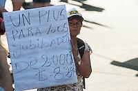 BUENOS AIRES, ARGENTINA, 19.12.2013 - PROTESTO CENTRAL DOS TRABALHADORES - Chamado pelo CTA (Central dos Trabalhadores da Argentina em espanhol) e partidos de esquerda, uma multidão de vários milhares suportou o calor e se reuniram no Congresso para a Plaza de Mayo exigindo um aumento do salário mínimo e uma gratificação de Natal.(Foto Patricio Murphy / Brazil Photo Press).
