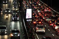 SÃO PAULO, SP, 17.06.2016 – TRÂNSITO-SP - Trânsito intenso em ambos sentidos na Av. Rubem Berta, próximo ao Aeroporto de Congonhas, zona sul de São Paulo na noite desta sexta-feira,17 (Foto: Renato Gizzi/Brazil Photo Press)