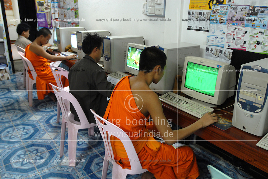 Laos Luang Prabang, buddhist monk in cyber cafe / buddhistische Moenche in einem cybercafe