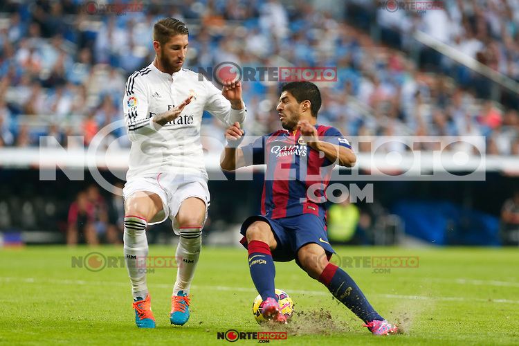 Real Madrid´s Sergio Ramos (L) and Barcelona´s Luis Suarez during La Liga match between Real Madrid and F.C. Barcelona in Santiago Bernabeu stadium in Madrid, Spain. October 25, 2014. (ALTERPHOTOS/Victor Blanco) /nortephoto.com