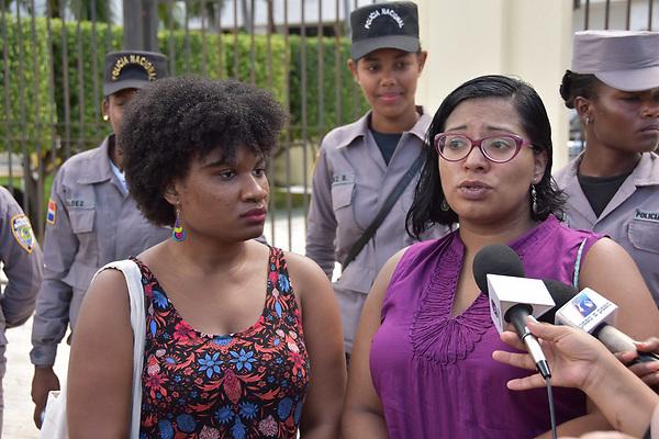 SANTO DOMINGO, Rep&uacute;blica Dominicana.- Organizaciones feministas protestaron este jueves frente al Congreso Nacional en rechazo a la aprobaci&oacute;n del C&oacute;digo Penal que mantiene la penalizaci&oacute;n absoluta del aborto.  <br /> Foto: &copy; Edgar Hern&aacute;ndez<br /> Fecha:1/06/2017