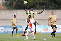 ITAGÜÍ -COLOMBIA-15-09-2013. Elvis Mosquera (I) de Itagüi disputa el balón con Fabio Burbano (D) de Envigado durante partido de la fecha 9 de la Liga Postobón II 2013 en el Estadio Ditaires Ciudad de Itagüi./ Itagüi Elvis Mosquera (L) fights for the ball with Envigado Fabio Burbano (R) during match on the 9th date of the Postobon League II 2013 at Ditaires stadium in Itagüi city.  Photo:VizzorImage/Luis Ríos/STR