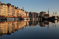 Frankreich, Normandie, Département Calvados, Honfleur: Hafenstadt mit dem Alten Hafen (Vieux Bassin), einem Nachbau einer Galeone und dem Saint Catherine Quay | France, Normandy, Département Calvados, Honfleur: The Old Port (Vieux Bassin), Saint Catherine Quay with replica galleon