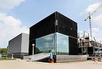 Nederland Amsterdam 2016 08 30. Universiteit van Amsterdam. Science Park nr 610. Bouwwerkzaamheden bij Datacenter Equinix AM3. Datacenterdienstverlener Equinix heeft per 1 augustus 2015 de derde fase van het Amsterdamse datacenter (AM3) op Science Park in gebruik genomen. Het gaat om een uitbreiding van het datacentercomplex dat in oktober 2015 drie jaar in gebruik is. Door de toenemende vraag van bedrijven om hun ict te verplaatsen naar de cloud, breidt Equinix de beschikbare ruimte met ruim 17 procent uit. Daardoor is in in totaal 1250 vierkante meter extra vloeroppervlak beschikbaar. Volgens de datacenterdienstverlener biedt dat ruimte aan vijfhonderd cabinets. Met de afronding van deze fase beslaat AM3 in totaal 19.050 vierkante meter, en biedt ruimte aan 3300 cabinets, aldus de datacenterdienstverlener in een toelichting. Volgens de eigenaar ligt het AM3 International Business Exchange-datacenter op een van de meest netwerkdichte locaties van Europa en ligt 80 procent van Europa binnen (50 milliseconden) bereik voor de meer dan 120 cloud providers die bij AM3 zijn aangesloten. Foto Berlinda van Dam / Hollandse Hoogte