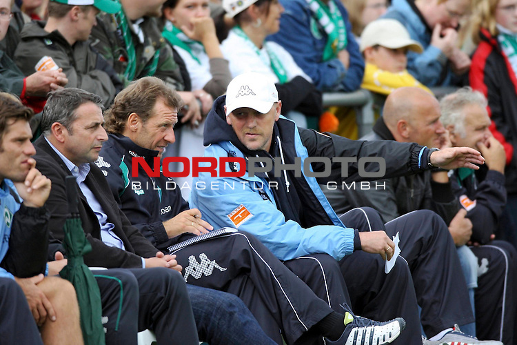 FBL 08/09 Test - BSV Kickers Emden vs. SV Werder Bremen in Loga bei Leer am 20.07.2008<br /> <br /> Freundschaftsspiel - Friendlymatch<br /> Thomas Schaaf (Trainer / Coach Werder Bremen) gestikuliert auf der Trainerbank und spricht mit Wolfgang Rolff (Co-Trainer / Coach Werder Bremen).<br /> <br /> Foto &copy; nph (  nordphoto  ) *** Local Caption ***