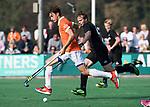 BLOEMENDAAL  - Florian Fuchs (Bldaal) met Willem Rath (HGC)    Hoofdklasse competitie heren, Bloemendaal-HGC (7-2). COPYRIGHT KOEN SUYK