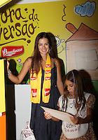 """SAO PAULO, SP, 10 DE MARCO 2012. ESPETACULO BOB ESPONJA, A ESPONJA QUE PODIA VOAR.A apresentadora Vera Viel com a filha Clara, no espaco montado para as criancas brincarem antes da estreia para VIPS do espetaculo """"Bob Esponja, a Esponja que Podia Voar"""", no<br /> Credicard Hall, em Santo Amaro, regiao sul de SP, na tarde deste sabado, 10. (FOTO: MILENE CARDOSO - BRAZIL PHOTO PRESS)"""