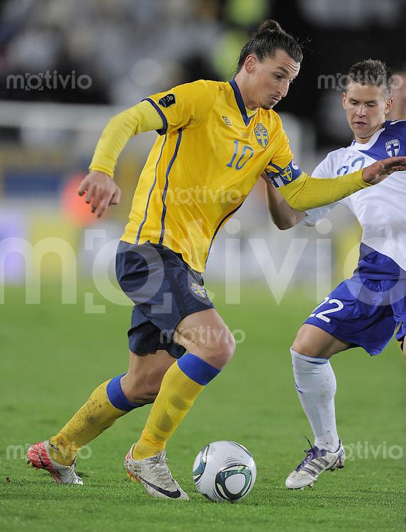 FUSSBALL INTERNATIONAL  EM 2012-Qualifikation  Gruppe E  07.10.2011 Finnland - Schweden Zlatan Ibrahimovic (Schweden) am Ball gegen Jukka Raitala (re, Finnland)