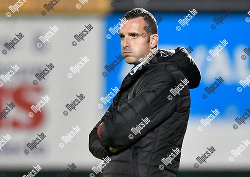 2016-10-15 / voetbal / seizoen 2016 - 2017 / Dessel Sport - ASV Geel / Coach Nicky Haeyen (Geel) ziet de bui al hangen