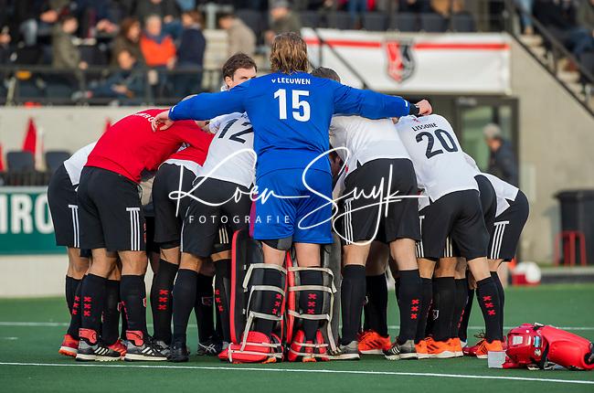 AMSTELVEEN -   teamhuddle Amsterdam met keeper Philip van Leeuwen (Adam) voor  de competitie hoofdklasse hockeywedstrijd mannen, Amsterdam- Den Bosch (2-3).  COPYRIGHT KOEN SUYK