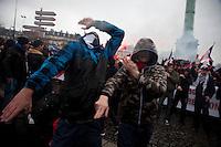 manifestanti e gesto simboleggiante arma
