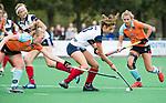 HUIZEN  -   Kaya Lucker (HUI) met Anouk van den Berg (Gro)  , hoofdklasse competitiewedstrijd hockey dames, Huizen-Groningen (1-1)   COPYRIGHT  KOEN SUYK