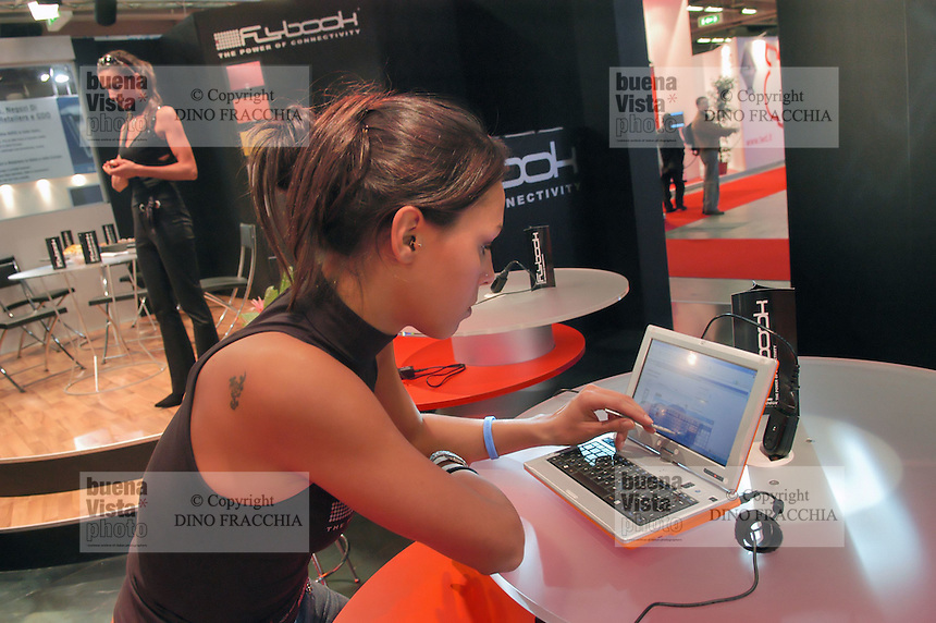 - SMAU, international exibition of electronics, computer and technological innovation, hostess with laptop computer ..- SMAU, salone internazionale dell'elettronica, informatica e innovazione tecnologica,  hostess con computer portatile