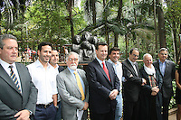 ATENCAO EDITOR: FOTO EMBARGADA PARA VEICULOS INTERNACIONAIS. – SAO PAULO - SP – 05 DE NOVEMBRO 2012 – INAUGURACAO ESTATUA LASAR SEGALL - O prefeito de Sao Paulo Gilberto Kassab (C) durante inauguracao da Estatua Lasar Segall no Parque Buenos Aires, na regiao central da capital paulista, nesta segunda-feira, 05. (FOTO: MAURICIO CAMARGO / BRAZIL PHOTO PRESS).