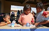 Refrigerio en Jornadas Complementarias Deportivas Superate en la I.E. Rural Media Luna Jawou, Uribia,  Guajira, el 9 de diciembre 2013.<br /> Foto: Superate, Coldeportes/Archivolatino<br /> <br /> COPYRIGHT: Superate, Coldeportes. <br /> Prohibida su venta y su uso comercial.