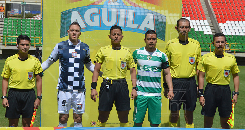 TUNJA - COLOMBIA, 01-09-2018: Diego Valdes capitán del Chicó, Bismarks Elias Santiago Pitalua, arbitro, Stalin Motta capitan de Equidad posan para una foto previo al encuentro entre Boyacá Chicó FC y La Equidad por la fecha 7 Liga Águila II 2018 realizado en el estadio La Independencia en Tunja. / Diego Valdes catain of Chico, Bismarks Elias Santiago Pitalua, referee, and Stalin Motta captaion  of Equidad pose to a photo prior a match between Boyaca Chico FC and La Equidad for the date 7 of Aguila League II 2018 played at La Independencia stadium in Tunja. Photo: VizzorImage / Jose Miguel Palencia / Cont