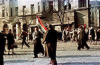UNGARN, 11.1956.Budapest, VIII. Bezirk.Ungarn-Aufstand / Hungarian uprising 23.10.-04.11.1956:.Nach dem Waffenstillstand vom 28.10 und dem Rueckzug der Sowjettruppen machten sich sofort Aktivisten an die Arbeit, um die alten Parteien fuer ein Mehrparteiensystem neu zu gruenden. Hier sind sie unterwegs auf dem  József körút am Rákoczi-Platz...After the oct. 28 ceasefire and the retreat of the Soviet troops activists immediately started reorganizing political parties. Here on Jozsef ring road near Rakoczi square..© Jenö Kiss/EST&OST