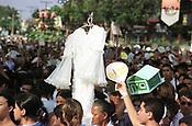 Durante o cortejo do C&iacute;rio de Nossa Senhora de Nazar&eacute; os fi&eacute;is levam na cabe&ccedil;a o pagamento de gra&ccedil;as alcan&ccedil;adas. A romaria com cerca de1.500.000 de pessoas &eacute; considerada uma das maiores prociss&otilde;es religiosas do planeta.   <br />Bel&eacute;m-Par&aacute;-Brasil     <br />14/10/2001<br />&copy;Foto:Paulo Santos/Interfoto