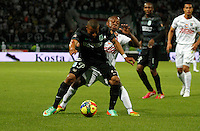 MANIZALES -COLOMBIA-22-03-2014. Hanyer Mosquera (Izq) de Once Caldas disputa el balón con Farid Diaz (Der) del Atletico Nacional en partido por la fecha 12 de la Liga Postobón I 2014 jugado en el estadio Palogrande de la ciudad de Manizales./ Once Caldas player Hanyer Mosquera (L) fights for the ball with Atletico Nacional player Farid Diaz (R) during match valid for the 12th date of the Postobon League I 2014 played at Palogrande stadium in Manizales city.  Photo: VizzorImage/Santiago Osorio/STR