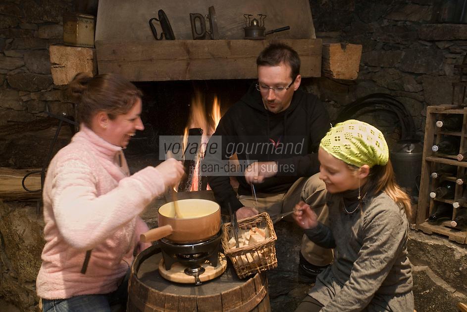 Europe/France/73/Savoie/Val d'Isère: Au restaurant: L 'étable d'Alain  à la  la Ferme de l'Adroit - dégustation de la fondue avaline Auto N°:8004  Auto N°:8009 Auto N°:8010