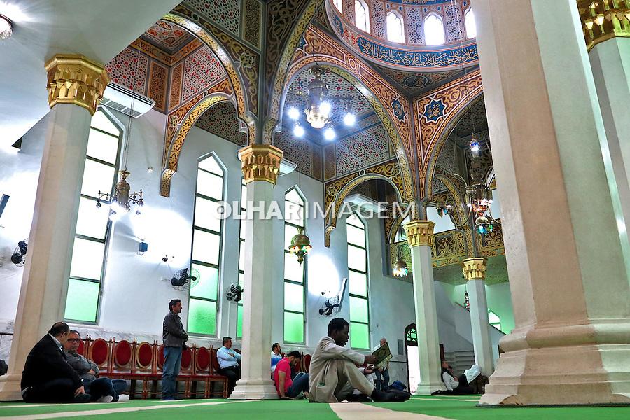 Muçulmanos aguardam o inicio da salah jummah, oraçao tradicional islamica, na Mesquita Brasil. Sao Paulo. 2015. Foto de Marcia Minillo.