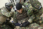 Foto: VidiPhoto<br /> <br /> DEELEN - Op vliegveld Deelen is woensdagmorgen in alle vroegte een aanslag met een bom verijdeld door de Deltacompagnie van de Luchtmobiele Brigade. Het betrof een training als voorbereiding op de internationale NAVO-oefening Joint Falcon in de VS volgende maand. Op dit moment wordt ge&euml;xperimenteerd met een nieuwe eenheid, die moet opereren tussen de special forces en infanterie in. Omdat het Korps Commandotroepen te weinig capaciteit heeft, zou deze nieuwe eenheid van specialisten binnen de Luchtmobiele Brigade, dat gat moeten opvullen. In april volgt een evaluatie en dan wordt ook duidelijk hoeveel manschappen deze eenheid moet tellen, welke wapens daarvoor nodig zijn en hoeveel tijd en geld dit kost. De trainingen zijn onder meer gericht zijn op het ontmantelen van terroristische cellen en het informatie verzamelen voor vervolging van de daders. Het Korps Commandotroepen is bij de trainingen betrokken.