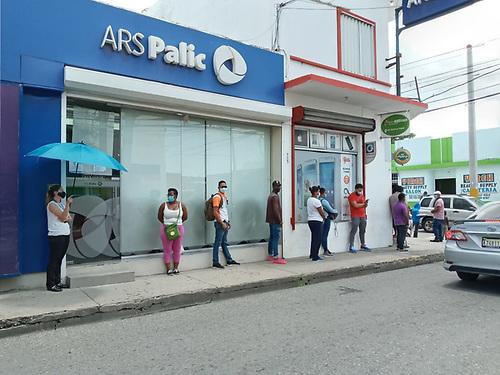 Patricia Báez. Personas en fila con el recomendado distanciamiento.