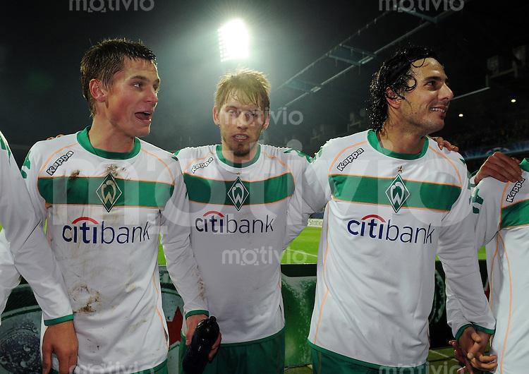 FUSSBALL   CHAMPIONS LEAGUE   SAISON 2008/2009   GRUPPENPHASE SV Werder Bremen - Inter Mailand           09.12.2008 Markus ROSENBERG, Aaron HUNT und Claudio PIZARRO (v.l., alle Bremen) jubeln nach dem Abpfiff