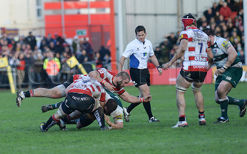 30.01.2016. Kingsholm, Gloucester, England. Aviva Premiership. Gloucester versus Leicester Tigers. Tom Savage with the tackle for Gloucester.