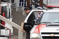 GUARULHOS , SP, 14 MARÇO 2013 - JULGAMENTO MIZAEL BISPO - O policial militar reformado Mizael Bispo chega para o quarto dia de julgamento, no Fórum de Guarulhos, pelo assassinato da advogada Mércia Nakashima em maio de 2010. De acordo com acusação do Ministério Público, Mizael matou Mércia por ciúmes, porque ela não queria reatar o romance com ele. Ainda segundo a Promotoria, o vigilante Evandro ajudou Mizael na fuga. A vitima foi abordada em Guarulhos, mas morta em Nazaré Paulista, interior de SP. Os réus negam a autoria do crime.(FOTO: ADRIANO LIMA / BRAZIL PHOTO PRESS).