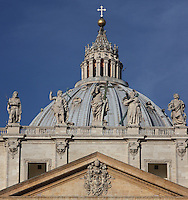 Pediment, statues of saints in travertine and dome of San Pietro in Vaticano (St Peter's Basilica), 16th century, Michelangelo, Vatican City, Rome, Italy. At Michelangelo's death in 1564, the dome was unfinished and was completed in 1590 by the architect Giacomo della Porta with the assistance of Domenico Fontana. Picture by Manuel Cohen