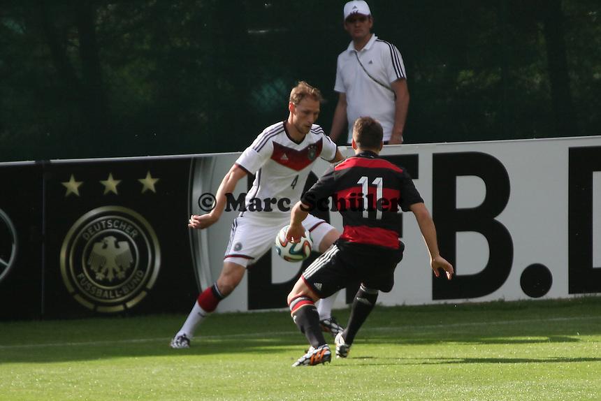 Benedikt Höwedes gegen Thomas Pledl (U20) - Testspiel der Deutschen Nationalmannschaft gegen die U20 zur WM-Vorbereitung in St. Martin