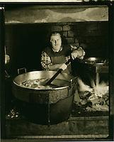 Europe/France/Auvergne/12/Aveyron/Env. de Villefranche-de-Rouergue/Monteils: Monsieur J. Carles cuit les confits de canard à la ferme au feu de bois [Non destiné à un usage publicitaire - Not intended for an advertising use] [(Photo d'Archive: 2000)