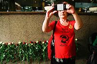 SÃO PAULO,SP, 02.01.2017 - MARISA-LETICIA - Militantes do Partido dos Trabalhadores (PT) aguardam na entrada do Hospital Sírio- Libanês, na região central da cidade, onde a ex-primeira-dama, Marisa Letícia Lula da Silva, está internada. Um exame de dopler transcraniano realizado na manhã desta quinta- feira (02), constatou não haver atividade cerebral na paciente, internada na UTI desde a semana passada devido a um AVC. Com base neste exame, o ex-presidente Lula autorizou a eventual doação de órgãos do corpo da mulher, cujo coração continua batendo. (Foto: Amauri Nehn/Brazil Photo Press)