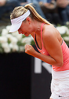 La russa Maria Sharapova esulta dopo aver vinto un punto durante la semifinale contro la connazionale Daria Gavrilova agli Internazionali d'Italia di tennis a Roma, 16 maggio 2015. <br />