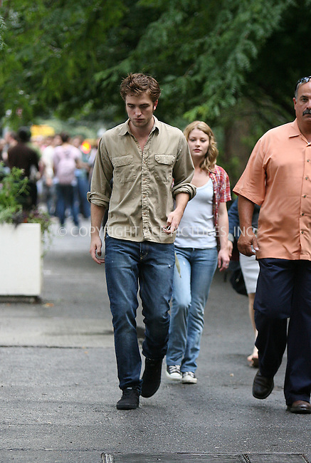 WWW.ACEPIXS.COM . . . . .  ....July 2 2009, New York City....Actors Emilie De Ravin and Robert Pattinson on the Washington Square Park set of the new movie 'Remember Me' on July 2 2009 in New York City....Please byline: PHILIP VAUGHAN - ACEPIXS.COM.... *** ***..Ace Pictures, Inc:  ..tel: (212) 243 8787..e-mail: info@acepixs.com..web: http://www.acepixs.com