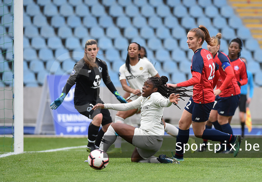 20190113 - LILLE , FRANCE : LOSC's goalkeeper Elisa Launay and Morgane Nicou (R) with PSG's Sandy Baltimore (M)pictured during women soccer game between the women teams of Lille OSC and Paris Saint Germain  during the 16 th matchday for the Championship D1 Feminines at stade Lille Metropole , Sunday 13th of January 2019,  PHOTO Dirk Vuylsteke | Sportpix.Be