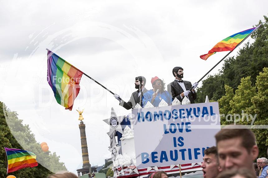 Wagen der US-Botschaft mit Text 'Marriage Equality' beim CSD - Hunderttausende Menschen haben in Berlin die Parade zum 37. Christopher Street Day unter dem Motto 'Wir sind alle anders. Wir sind alle gleich' gefeiert und damit ihre Unterstützung für Schwule, Lesben, Transsexuelle und Transgender, Inter- und Bisexuelle zum Ausdruck gebracht. Berlin, 27.06.2015
