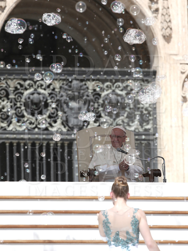 Un'artista del Rony Roller Circus si esibisce davanti a Papa Francesco durante l'udienza generale del mercoledi' in Piazza San Pietro, Citta' del Vaticano, 20 giugno, 2018.<br /> A Rony Roller Circus artist performs for Pope Francis during the weekly general audience in St. Peter's Square at the Vatican, on June 20, 2018.<br /> UPDATE IMAGES PRESS/Isabella Bonotto<br /> <br /> STRICTLY ONLY FOR EDITORIAL USE