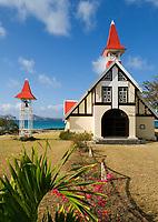 MUS, Mauritius, Cap Malheureux: Kapelle Notre-Dame Auxiliatrice, im Hintergrund die Insel Coin de Mire | MUS, Mauritius, Cap Malheureux: Chapel Notre-Dame Auxiliatrice, background island Coin de Mire