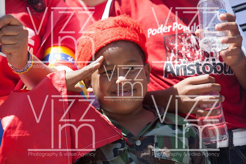 CARACAS - VENEZUELA 08-03-2013, Un niño seguidor de Chávez espera durante el funeral de  estado. El lider y  presidente de Venezuela, Hugo Chávez Frías, falleció el pasado martes 5 de marzo de 2013 a causa de un cancer a la edad de 58 años./ A boy supporter of Chavez waits during the state funeral. The leader and president of Venezuela, Hugo Chavez Frias who died by cancer the past March 5th of 2013 at the age of 58. Photo: VizzorImage / CONT