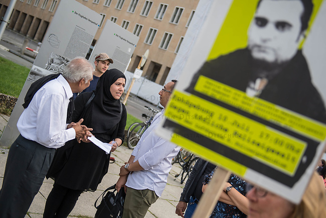 Kundgebung vor dem Berliner Polizeipraesidium am Montag den 10. Juli 2017 anlaesslich der Einstellung des Verfahrens gegen Polizisten, welche im September 2016 den irakischen Fluechtling Hussam Fadl Hussein bei einem Polizeieinsatz auf dem Gelaende einer Fluechtlingsunterkunft erschossen haben.<br /> Der 29 jaehrige Familienvater und Polizist wurde am 27.9.2016 in einer Berliner Fluechtlingsunterkunft von drei Polizisten von hinten erschossen, als er versucht haben soll sich einem festgenommenen Mann zu naehern, der seine Tochter missbraucht haben soll. Die Polizei hatte behauptet in Notwehr gehandelt zu haben, da Hussam Fadl Hussein angeblich mit einem Messer bewaffnet gewesen sein soll. Augenzeugen sagten jedoch aus, dass Hussam Fadl Hussein nicht bewaffnet gewesen sei und kein Messer gehabt habe.<br /> Die Staatsanwaltschaft hat das Ermittlungsverfahren Ende Mai 2017 mit dem Verweis auf Notwehr der Beamten eingestellt.<br /> Die Initiativen &bdquo;Reach Out&ldquo;, &bdquo;Kampagne fuer Opfer rassistischer Polizeigewalt (KOP)&ldquo;, der Fluechtlingsrat Berlin und Haman Gate (Ehefrau des Erschossenen) fordern die Wiederaufnahme der Emittlungen, eine Anklageerhebung der Staatsanwaltschaft und ein Strafverfahren gegen die Polizeibeamten, die auf Hussam Fadl geschossen haben und die sofortige Suspendierung der beschuldigten Polizisten. Um diese Forderung zu unterstuetzen haben ca. 100 Menschen vor dem Polizeipraesidium protestiert.<br /> Im Bild 2.vl.: Haman Gate, Ehefrau des Erschossenen.<br /> 10.7.2017, Berlin<br /> Copyright: Christian-Ditsch.de<br /> [Inhaltsveraendernde Manipulation des Fotos nur nach ausdruecklicher Genehmigung des Fotografen. Vereinbarungen ueber Abtretung von Persoenlichkeitsrechten/Model Release der abgebildeten Person/Personen liegen nicht vor. NO MODEL RELEASE! Nur fuer Redaktionelle Zwecke. Don't publish without copyright Christian-Ditsch.de, Veroeffentlichung nur mit Fotografennennung, sowie gegen Honorar, MwSt. und Beleg. Konto: I N G 