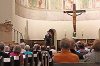 Pfarrer Raimund Wirth in der Pauluskirche bei Viola Raheb und Marwan Abado mit ihrem lyrisch-musikalischen Vortrag