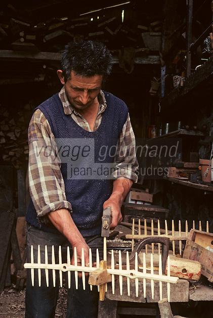 Europe/France/Auvergne/15/Cantal/env de Vic sur Cère: agriculteur fabriquant des rateaux [Non destiné à un usage publicitaire - Not intended for an advertising use] <br /> PHOTO D'ARCHIVES // ARCHIVAL IMAGES<br /> FRANCE 1980