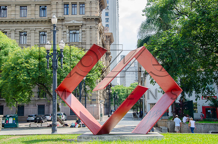Franz Weissmann (1911-2005). Di&aacute;logo (1978-1979). Escultura em<br /> a&ccedil;o, 4,43 x 5,15 x 1,50 m. Pra&ccedil;a da S&eacute;, S&atilde;o Paulo - SP, 01/2013.                                    * &Eacute; necess&aacute;rio solicitar autoriza&ccedil;&atilde;o de uso ao autor da obra.