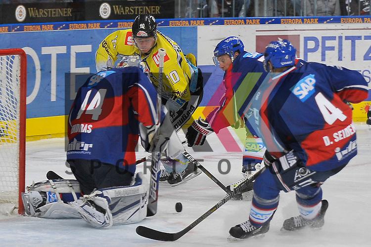 Mannheim 12.10.12, DEL, Adler Mannheim - Krefeld Pinguine, Krefelds Andreas Driendl (Nr.10) gegen Mannheims Dennis Endras (Nr.44) im Tor rechts Mannheims Nikolai Goc (Nr.77) und Mannheims Dennis Seidenberg (Nr.4) <br /> <br /> Foto &copy; Ice-Hockey-Picture-24 *** Foto ist honorarpflichtig! *** Auf Anfrage in hoeherer Qualitaet/Aufloesung. Belegexemplar erbeten. Veroeffentlichung ausschliesslich fuer journalistisch-publizistische Zwecke. For editorial use only.