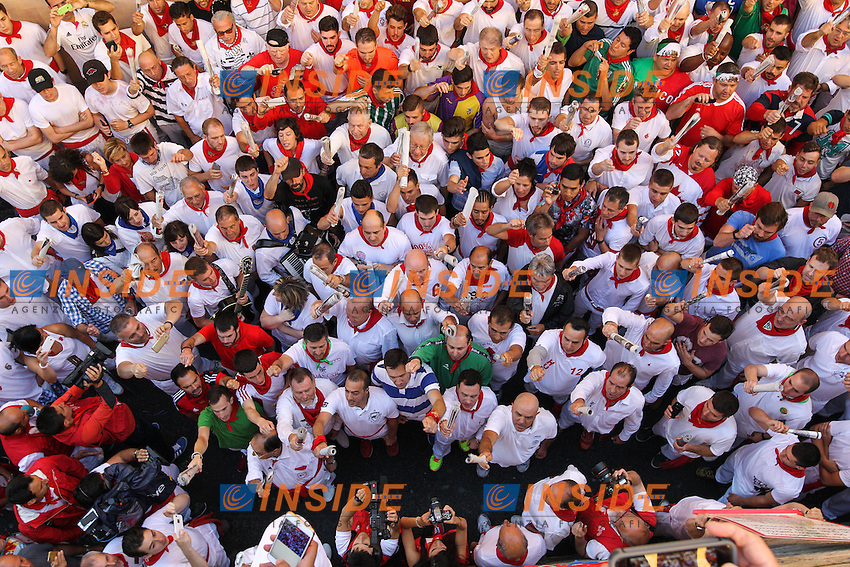 People sing to San Fermin before first bull runing of San Fermin at Pamplona, with bulls of the ranch of Fuente Ymbro. July 07, 2016. (Insidefoto/ALTERPHOTOS/Rodrigo Jimenez <br /> San Firmino Corsa dei Tori