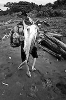 Un pez gallo fue la captura de este pescador en Jaque, Panama.